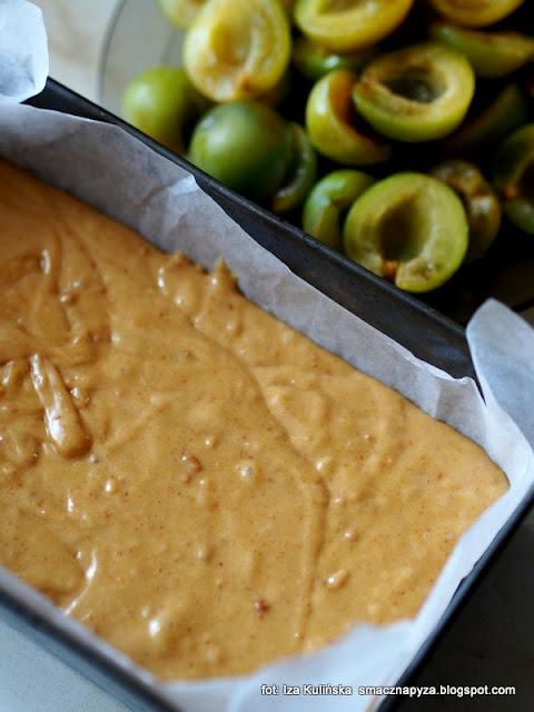 ciasto ze śliwkami , ciasto na maśle orzechowym , placek ze śliwkami , ciasto z owocami , deser , moje wypieki , domowe wypieki , masło orzechowe , ulena , śliwki , renklody , cukiernia pyzy