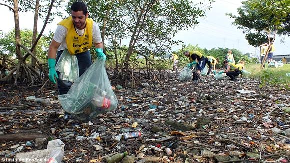 Grupo de Voluntários do Greenpeace de São Paulo e Instituto EcoFaxina, a mesma tribo no mangue!