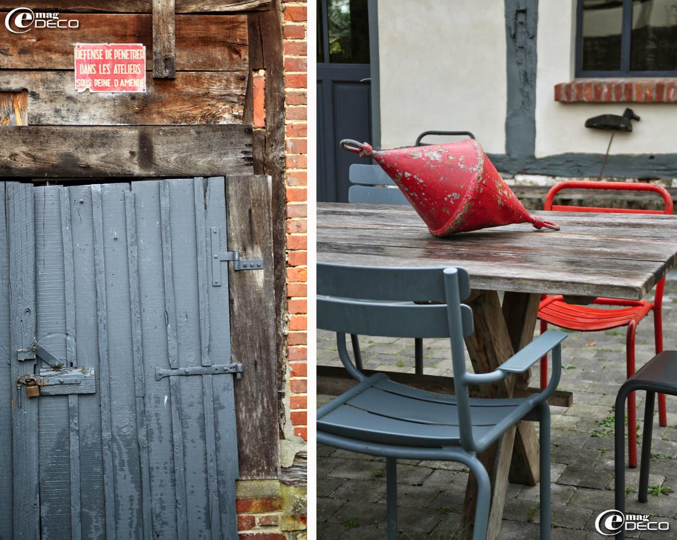 Autour d'une table de jardin, des vieilles chaises de bistrot des années 1950 et un bridge Luxembourg Fermob. Une ancienne bouée de corps-mort s'invite dans le décor.