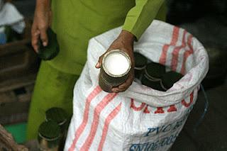 Yoghurt Dadiah dijual di Pasar Bukit tinggi