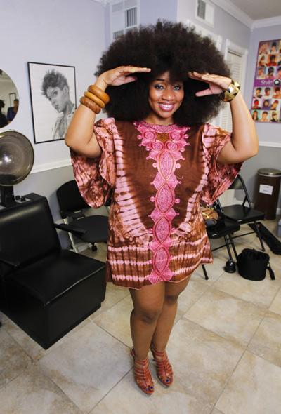 Mulher bate recorde de maior cabelo afro