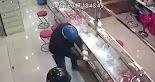 Αυτό το βίντεο από κάμερα ασφαλείας παρουσιάζει την πιο αποτυχημένη προσπάθεια κλοπής κοσμηματοπωλείου που έχει γίνει ποτέ.  Οι ληστές είχ...