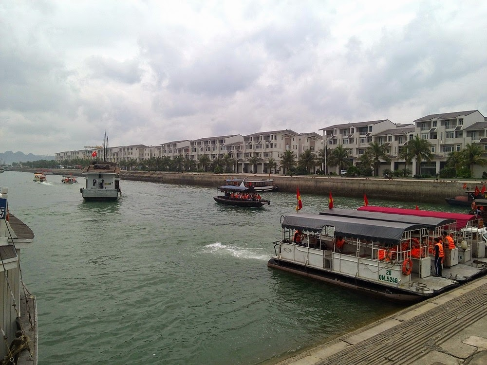 Halong Bay - Menaiki Bot Melalui Tuan Chau International Marina Station