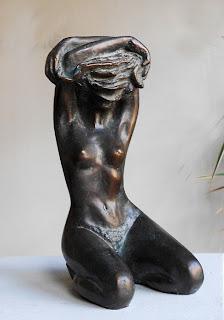 Statue Inès se déshabille vue de face