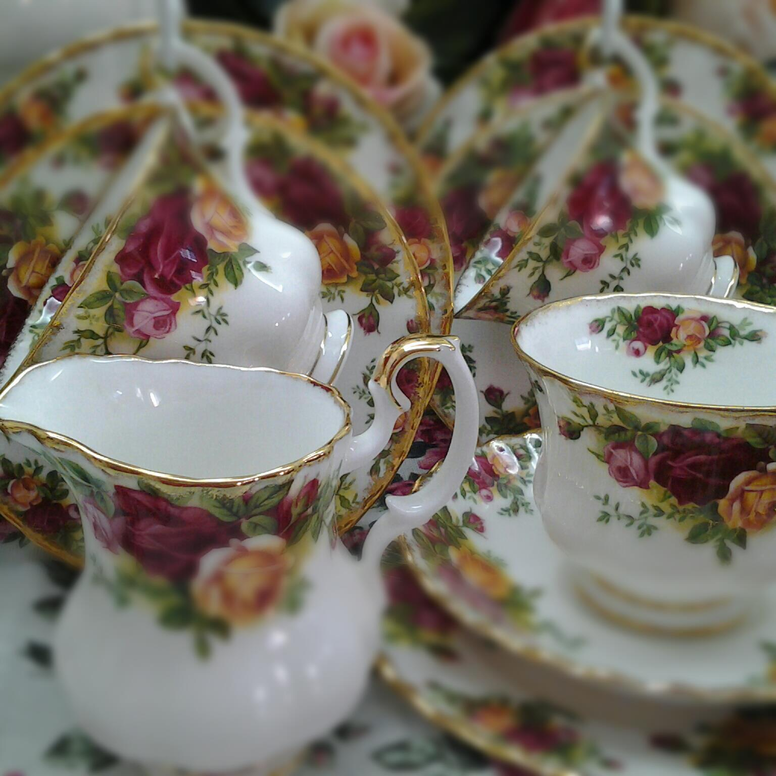 Royal Albert Old Country Roses Complete Dinner Set Made in England 6 x dinner plate 6 x soup plate 6 x salad plate 6 x bowl 6 x tea plate 6 x saucer & Lovely Treasures from English Garden