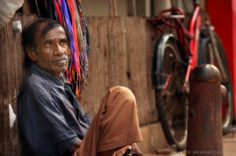 A trafficker selling shoe-laces at MG Road, Bangalore (© Jim Ankan Deka)
