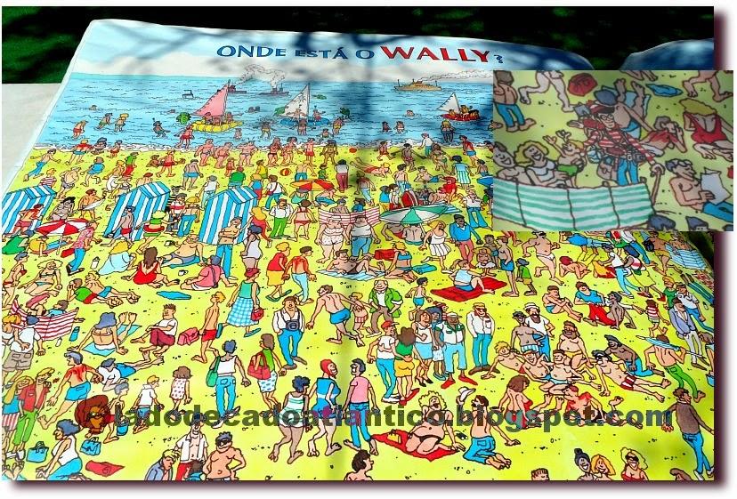 """Foto de um colchão promocional inflável em forma de livro estampado com imagens da banda desenhada """"Where is Wally?"""", Feira do Livro/2014, Lisboa, Portugal"""