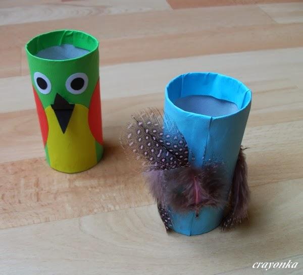 Ptaszki z rolek po papierze toaletowym dekorowane piórkami