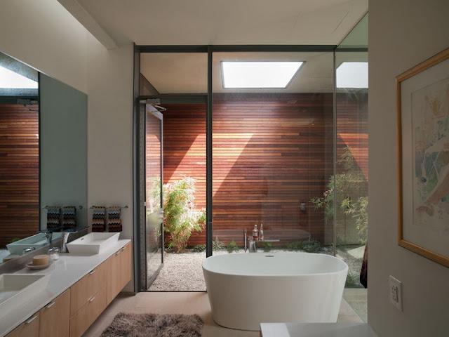 Ванная комната в угловом доме с бассейном и фонтаном