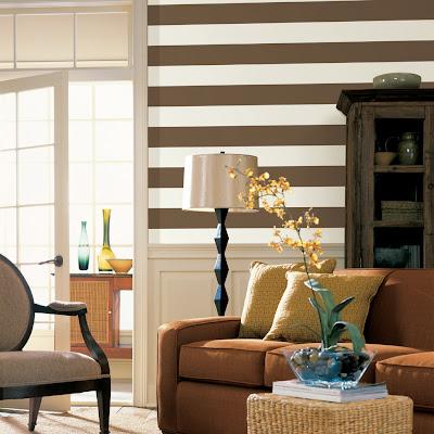 papel de parede listrado horizontal marrom e branca