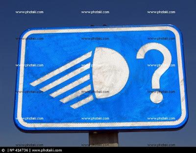 En la señal aparece el pictograma de un faro de vehículo encendido, seguido de una interrogación.