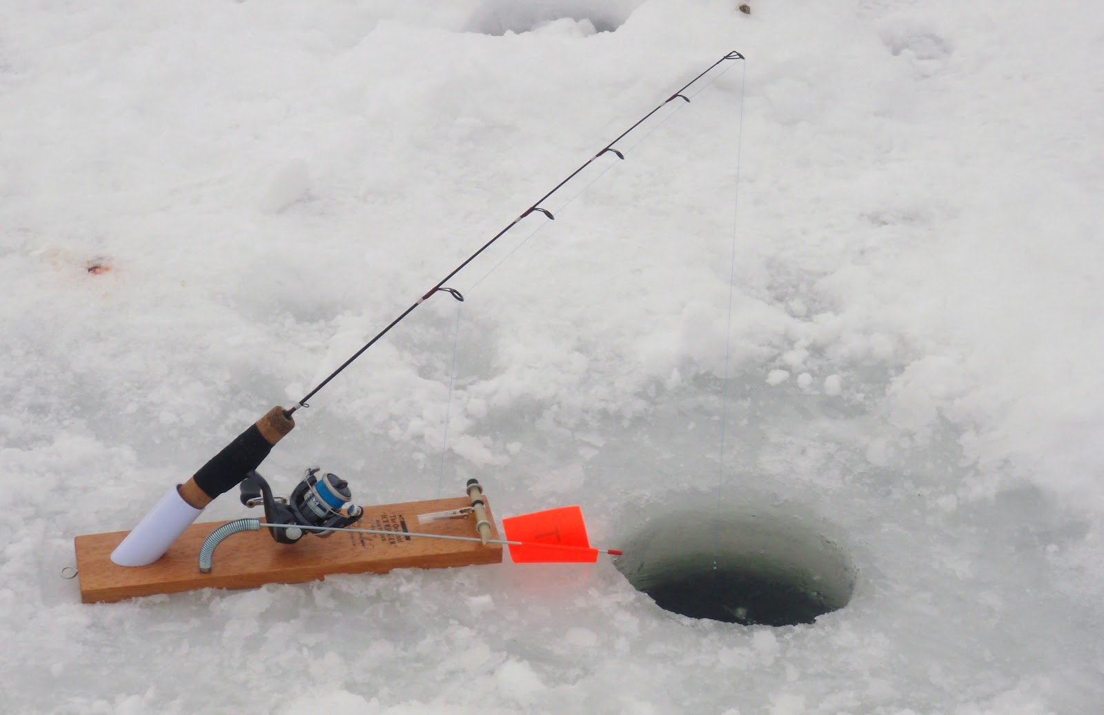 Bass junkies fishing addiction on the ice dead stickin for Jaw jacker ice fishing