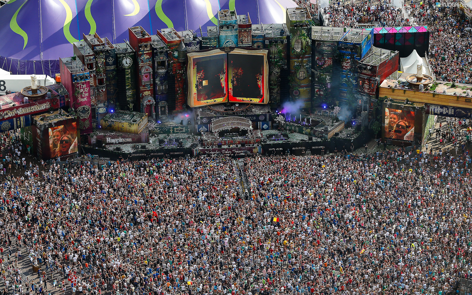http://2.bp.blogspot.com/-XiT962JVUy8/UIpqYfFRerI/AAAAAAAAAGA/OX4GfB-6QQk/s1600/tomorrowland-2012-hd-wallpaper-carpet-of-people.jpg