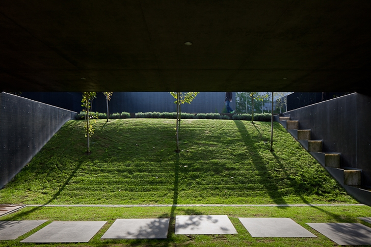 Elevation in the backyard of Black Concrete House by Pitagoras Arquitectos