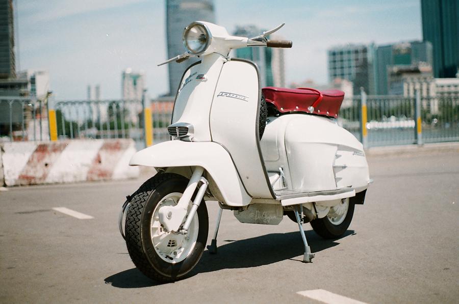 http://2.bp.blogspot.com/-XiUooyYogSI/UDowO0pD2FI/AAAAAAAAEFo/gGs1XjOL3gs/s1600/the+scooterist+%281%29.jpg