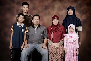 keluargaku :* dari kanan ke kiri: aku, Aida, Umi, Abi, Faris Hasbi ...