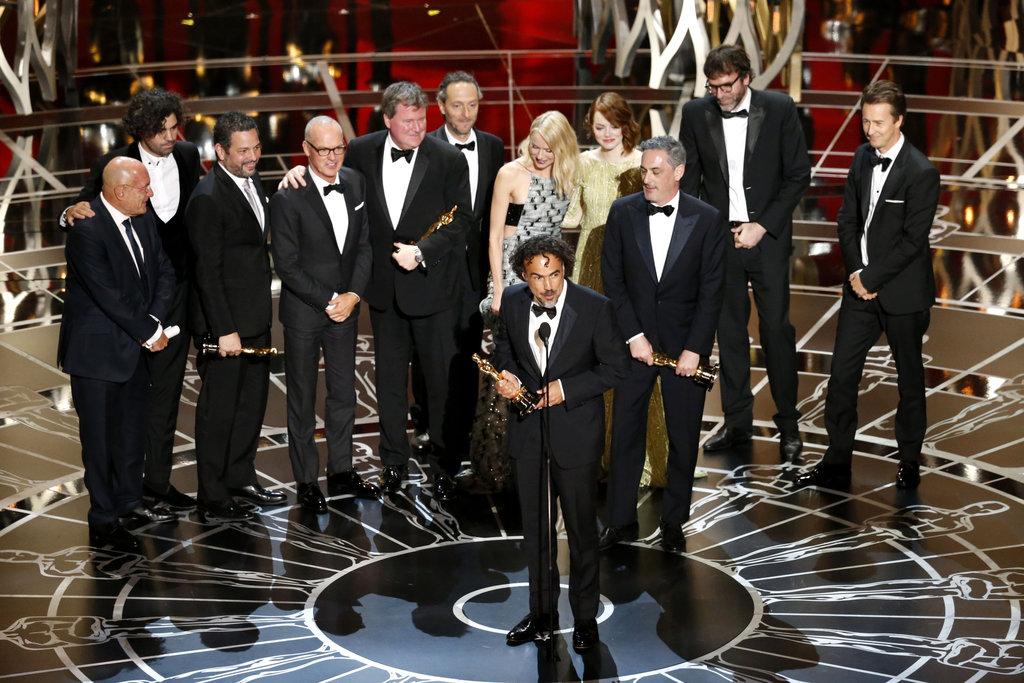El equipo de la película 'Birdman', con Alejandro González Iñárritu en el centro, agradece en el escenario la concesión del Oscar a la mejor película.  | Ximinia