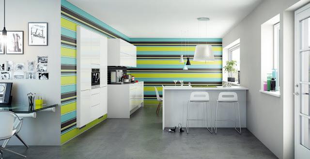 cocina-blanca-con-pared-franjas-de-colores