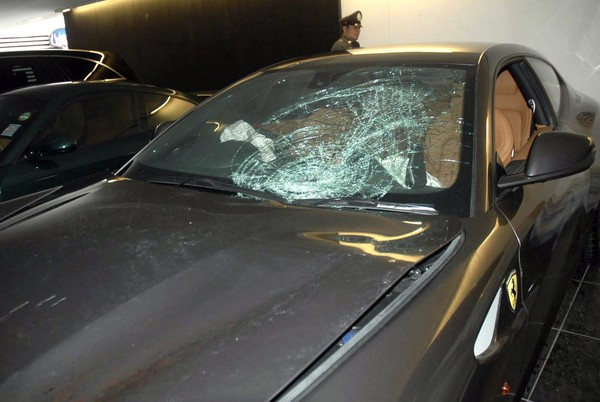 SEORANG anggota polis memeriksa kereta Ferrari yang cermin kereta itu retak di garaj rumah mendiang datuk Vorayuth di Bangkok semalam.