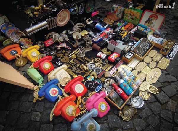 compras na feira de antiguidades - mercado san telmo - telefones antigos coloridos