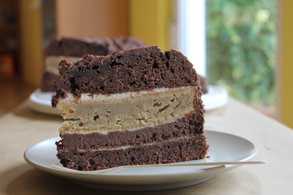 a_four_layer_cake_with_chocolate_bananas_cheesecake