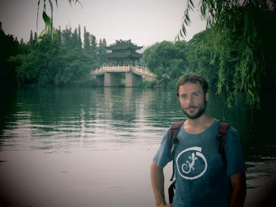Empapado de sudor, en el lago de Huangzhou.
