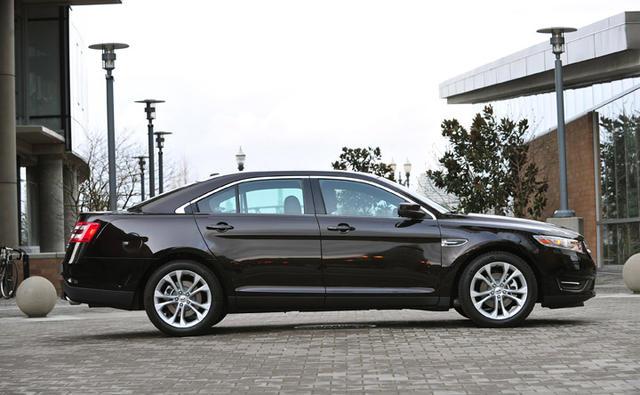 2013-Ford-Taurus-side