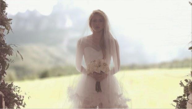 Shakira encarna uma noiva quente no clipe de Empire, ela surge com o véu pegando fogo em frente a igreja