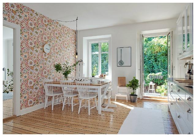 el papel pintado es mucho mas apto para diferenciar zonas de la cocina y sobre todo para envolver la zona de comedor abarcando una o dos paredes