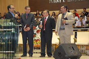 Pr. Daniel Vieira apresentando os pastores, José Cavalcante, Luiz Nunes e  Vagnaldo