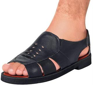 Pé masculino usando sandália masculina tradicional de couro estilo mocassim - Homem de sandália