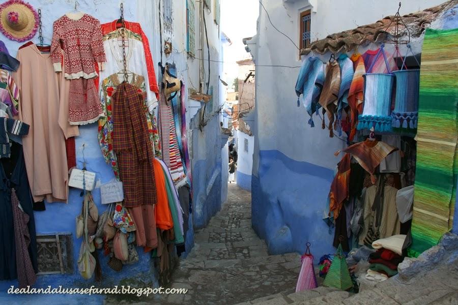 Los vendedores nos invitaban a visitar su tienda a nuestro paso. Era una fiesta de colores, fragancias, música y encanto \u2026 es la mágia de Xauen.