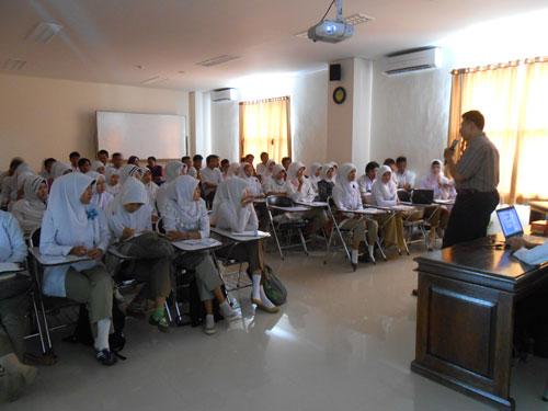 Mahasiswa Analis Kesehatan Unimus serius Mengikuti Pelatihan