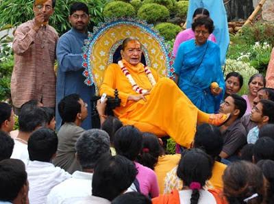 Jagadguru Kripalu Ji Maharaj gracing his devotees in Mangarh