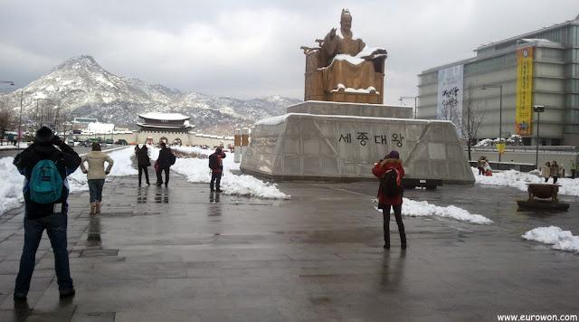 Estatua del Gran Rey Sejong, con el palacio Gyeongbokgung al fondo