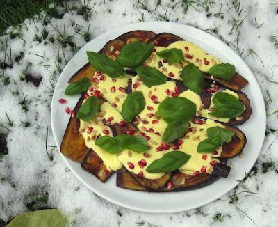 Gegrillte Auberginen mit Safranjoghurt und Granatapfelkernen