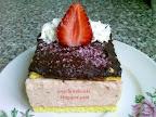Epres krémes sütemény, tejmentes süti, kókuszreszelékkel, eperrel és tortabevonóval a tetején.