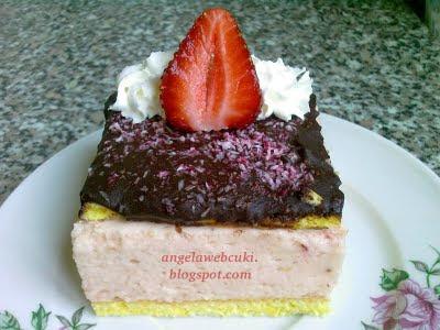 Epres krémes sütemény , tejmentes süti, kókuszreszelékkel, eperrel és tortabevonóval a tetején.