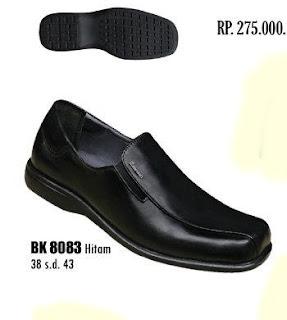 Toko sepatu online terpercaya yang Jual sepatu kerja pria berbahan kulit dengan harga murah seri BK8083 warna hitam ukuran 38 sd 43