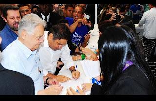 """diz Alckmin a tucanos Em um dia em que o PSDB elevou de forma aguda suas críticas ao governo Dilma Rousseff e ao Partido dos Trabalhadores, o governador de São Paulo, Geraldo Alckmin, fez um discurso com a voz carregada de emoção no qual buscou imprimir uma marca popular aos tucanos, que sofrem com o estigma de serem elitistas. E afirmou: diferente do que exalta o PT, a sigla de Lula não trabalha para os menos abastados. """"Somos o partido do povo brasileiro, dos mais humildes, dos trabalhadores efetivos desse país. O PSDB partido nunca usou e nem usará o nome do trabalhador em vão"""", disse Alckmin. """"Ficou claro que o PT não gosta dos pobres, do social. Gosta é do poder a qualquer preço. Essa é a grande realidade."""""""