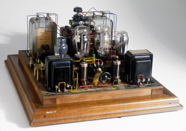 Mullard moreover Vct tube pentode in addition Three Ecc83 Based Tube Phono Pre lifier Circuits additionally Showthread moreover FC Consumer. on vacuum tube radio circuits