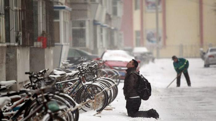 Di Tengah Salju Tebal, Pria Ini Berlutut Demi Dapat Maaf Pacarnya