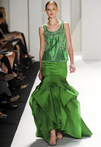 Лъскав зелен тоалет с пищна обемна пола на Carolina Herrera