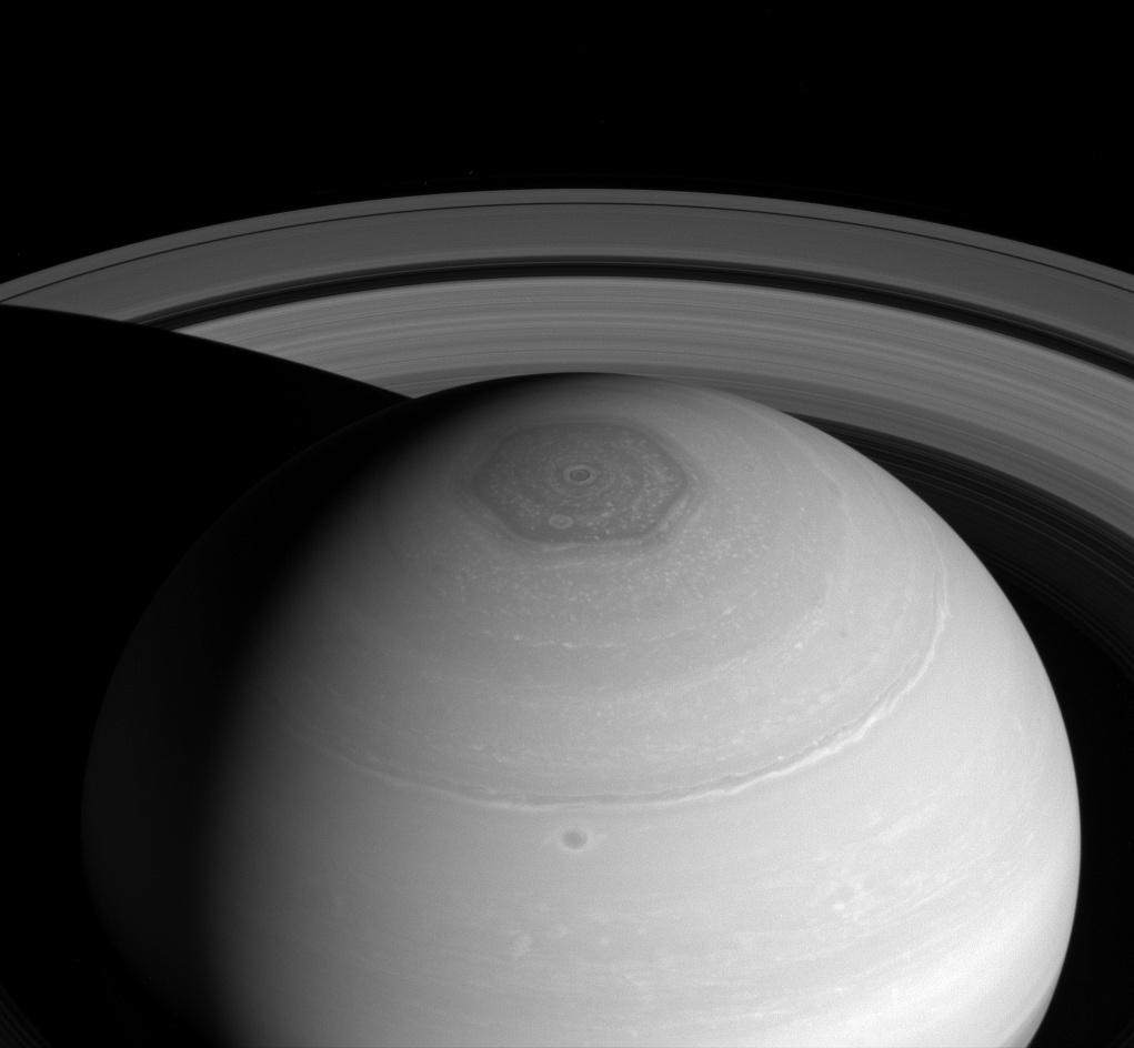 Новый снимок Сатурна – вихри и кольца
