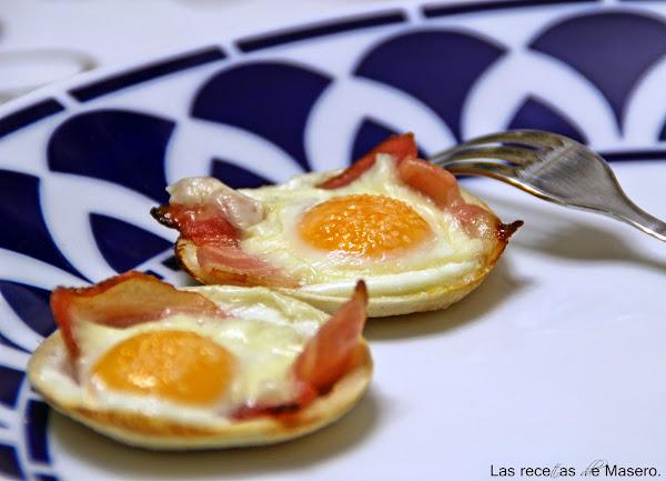 Tartaletas de pan de molde con beicon y huevo.