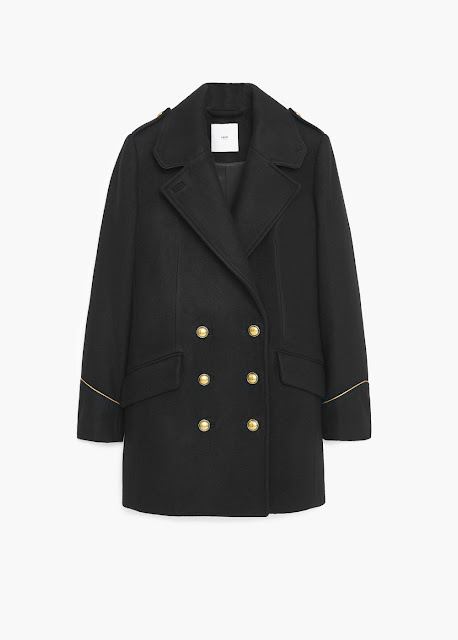 Un must para este otoño invierno es el abrigo navy con sus grandes solapas y botones dorados.