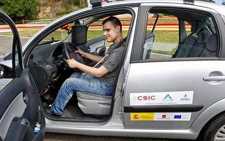 Imagen de chico invidente en el asiento de conductor