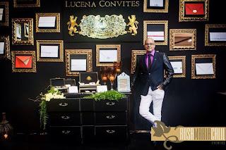 stand, comoda preta, molduras douradas, convites, thiago calil, decoração