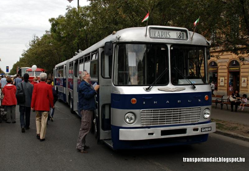 Érdeklődő szemléli a BKV Ikarus 180-as típusú csuklós autóbuszát az Andrássy úton,Budapesten