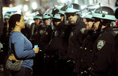 POLÍCIA ACABA COM ACAMPAMENTO DO OCCUPY WALL STREET EM NOVA YORK